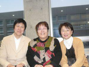 前練馬区議の菊地靖枝さん(左)、東京シューレの奥地圭子さん(中央)と早大で