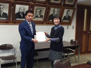2016年2月24日、小金井・生活者ネットワークはこの2路線計画見直しを西岡市長(左)に促す要請を行った。右は小金井市議の田頭祐子さん